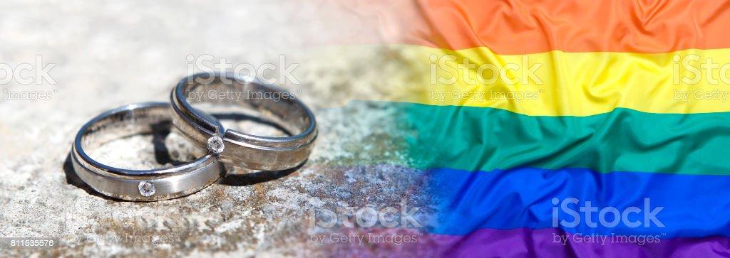 Trauringe mit Regenbogenfahne – Foto