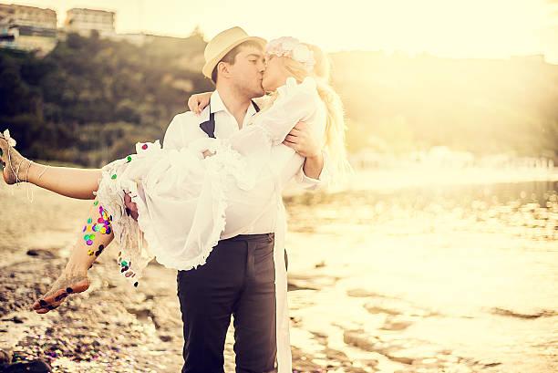 romantische hochzeit am strand - hipster braut stock-fotos und bilder