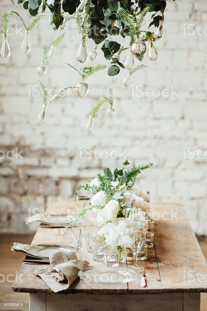ウェディングの装飾のロフトスタイルのお部屋には、テーブルとアクセサリ ストックフォト
