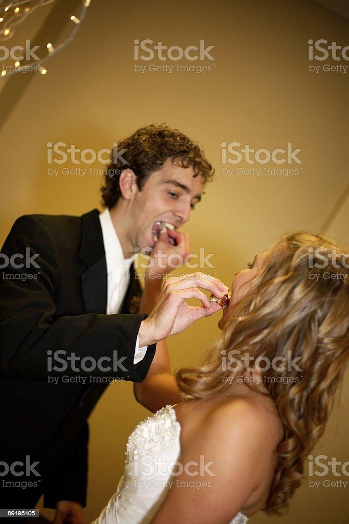 wedding scenes - bride groom eating cake royaltyfri bildbanksbilder