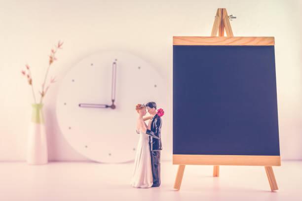 hochzeit plan / plan, wedding planer konzept: miniatur figur paar hochzeit puppe, braut & bräutigam, tafel für feststellend zeremonie zeit und gern gesehener gast, der günstig, gelungene veranstaltung - verlobungsfeier einladungen stock-fotos und bilder