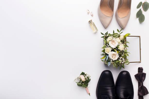 sapatas e acessórios do casamento no fundo branco - casamento - fotografias e filmes do acervo