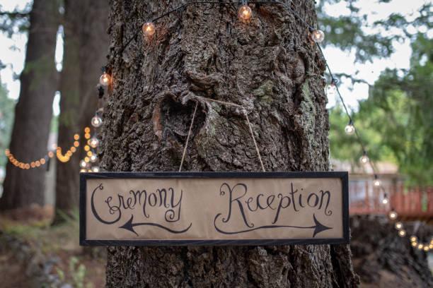 zeichen - trauung / rezeption - redwood hochzeit stock-fotos und bilder