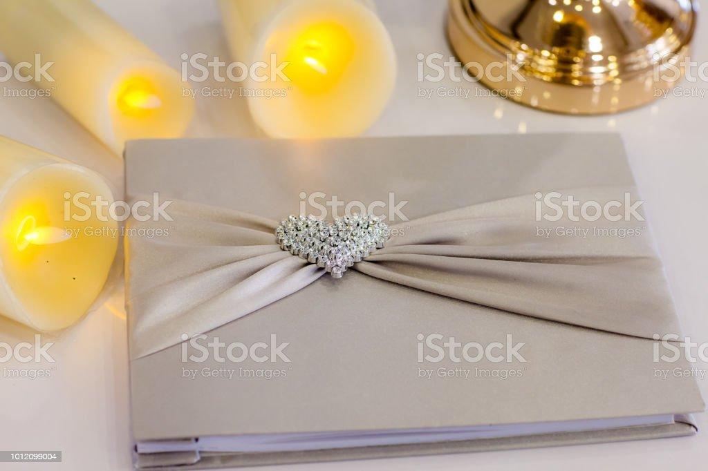 Livro de assinatura de casamento abrangidos pela elegância prata fita e diamante forma do coração, - foto de acervo