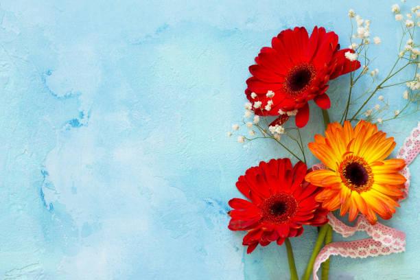 결혼식 이야기 또는 배경 어머니의 날입니다. 돌 배경 또는 슬레이트 복사 공간에 3 개의 gerbera 꽃. 공간, 최고의 복사 평면 위치 배경 보기. 스톡 사진