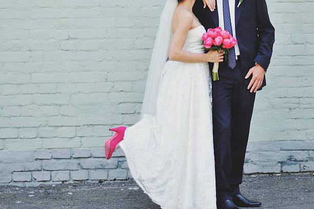 Hochzeit im Sommer paar posieren zusammen. – Foto