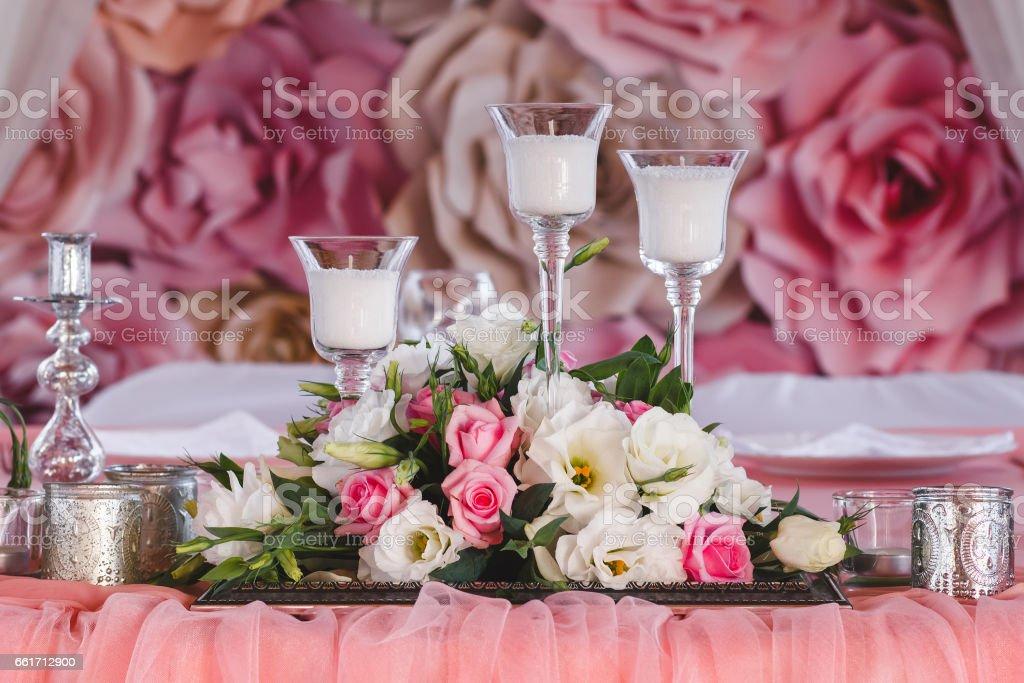 Hochzeitstisch Dekoriert Mit Frischen Blumen Kerzen Und Silberbecher