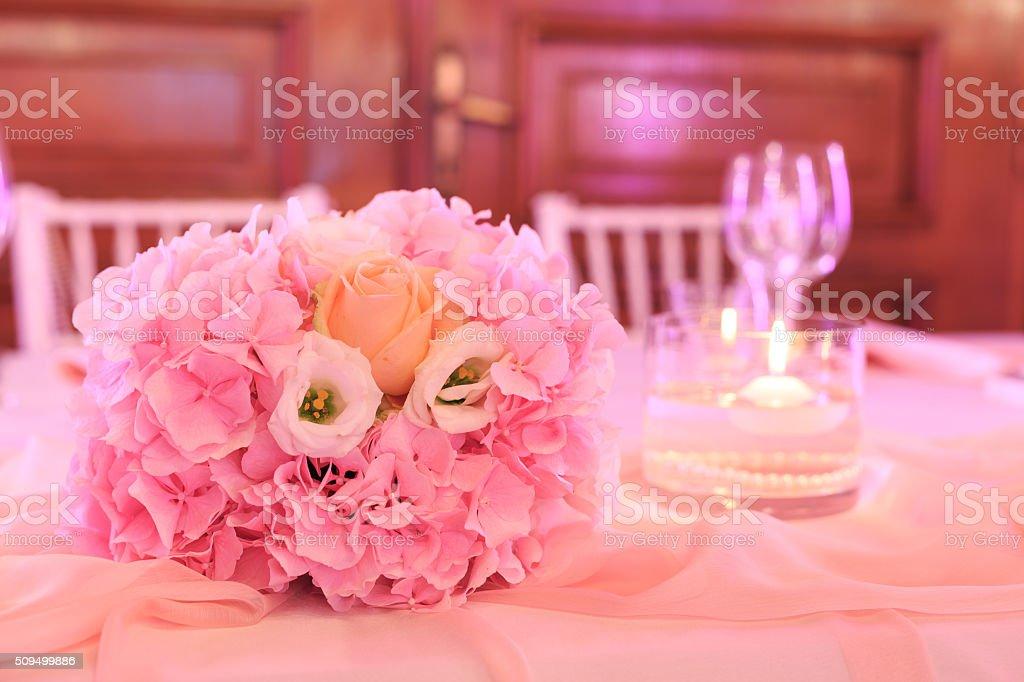 Hochzeit Tisch Dekoriert Mit Strauss Rosen Und Kerzen Stock