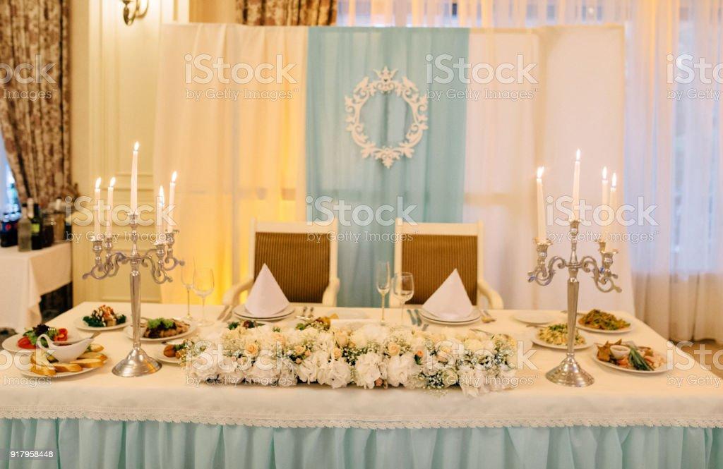 Hochzeitstisch Fur Zwei Personen Eingerichtet Mit Weissen Kerzen Und