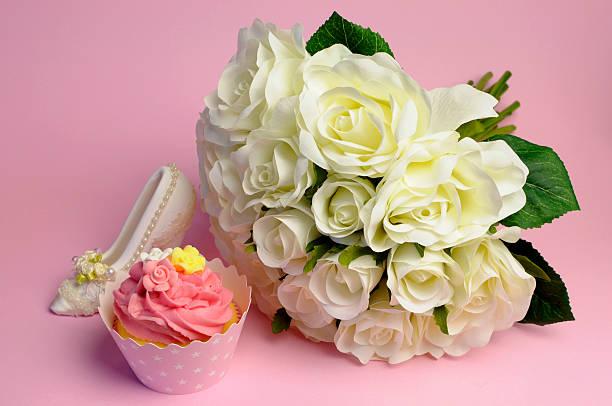 hochzeit weißen rosen bouquet mit rosa cupcake - brautparty kuchen stock-fotos und bilder
