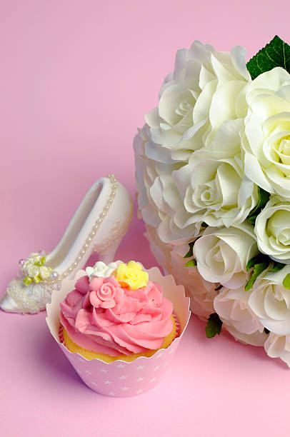 hochzeit weißen rosen bouquet mit rosa cupcake vertikal. - brautparty kuchen stock-fotos und bilder