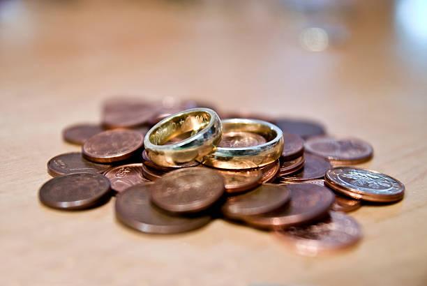 weddingrings und geld - eheringe öko stock-fotos und bilder