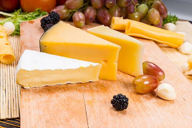 keilabsätze aus verschiedenen käsesorten an bord - hotel bern stock-fotos und bilder