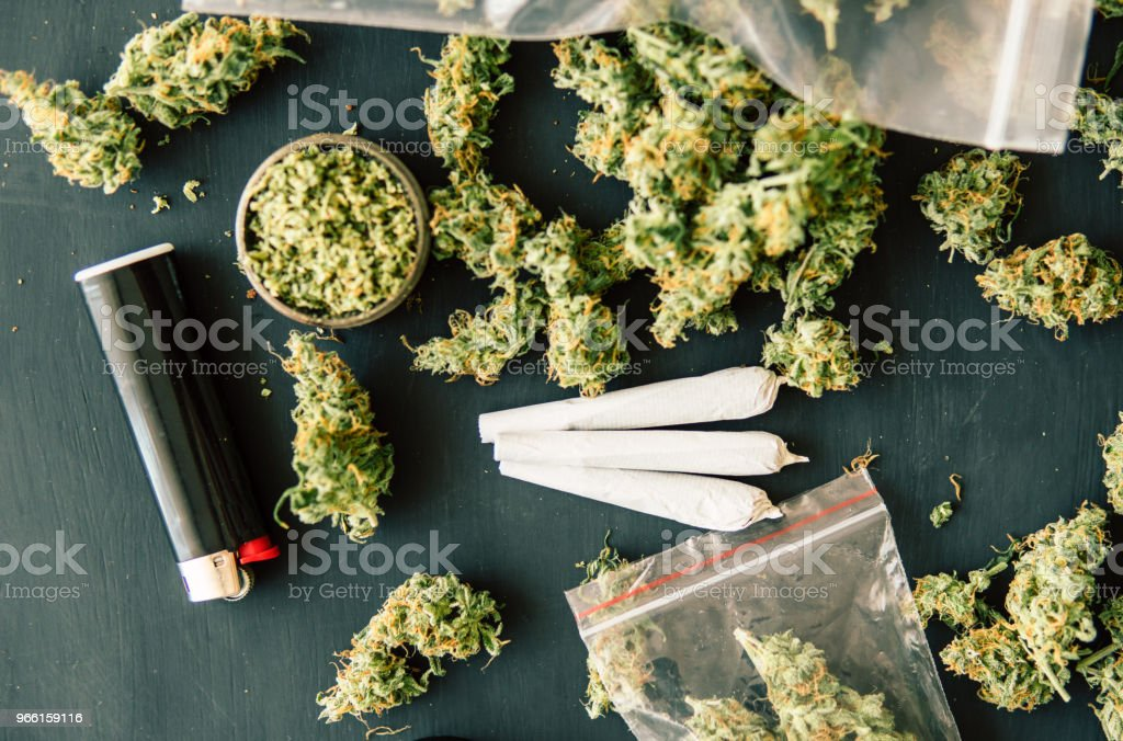 Gemeenschappelijke Macro van cannabis toppen marihuana met schubben en geplette onkruid cannabis onkruid op een zwarte lijst - Royalty-free Blad Stockfoto