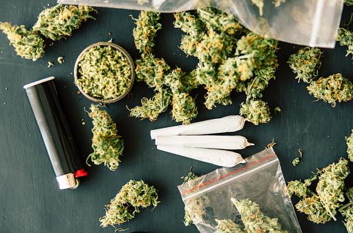Gemeenschappelijke Macro Van Cannabis Toppen Marihuana Met Schubben En Geplette Onkruid Cannabis Onkruid Op Een Zwarte Lijst Stockfoto en meer beelden van Blad