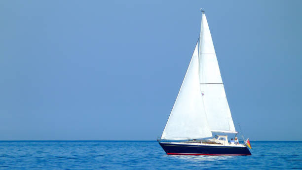 weißes segelboot oder yacht auf einem see oder dem meer bei sonnigem wetter und blauem wasser - wasser stock pictures, royalty-free photos & images