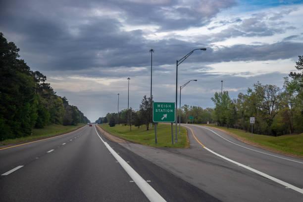 州際公路貨運卡車的稱重站出口 - 車站 個照片及圖片檔