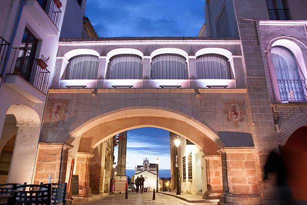 Peso Arco iluminado por luces de led, España - foto de stock