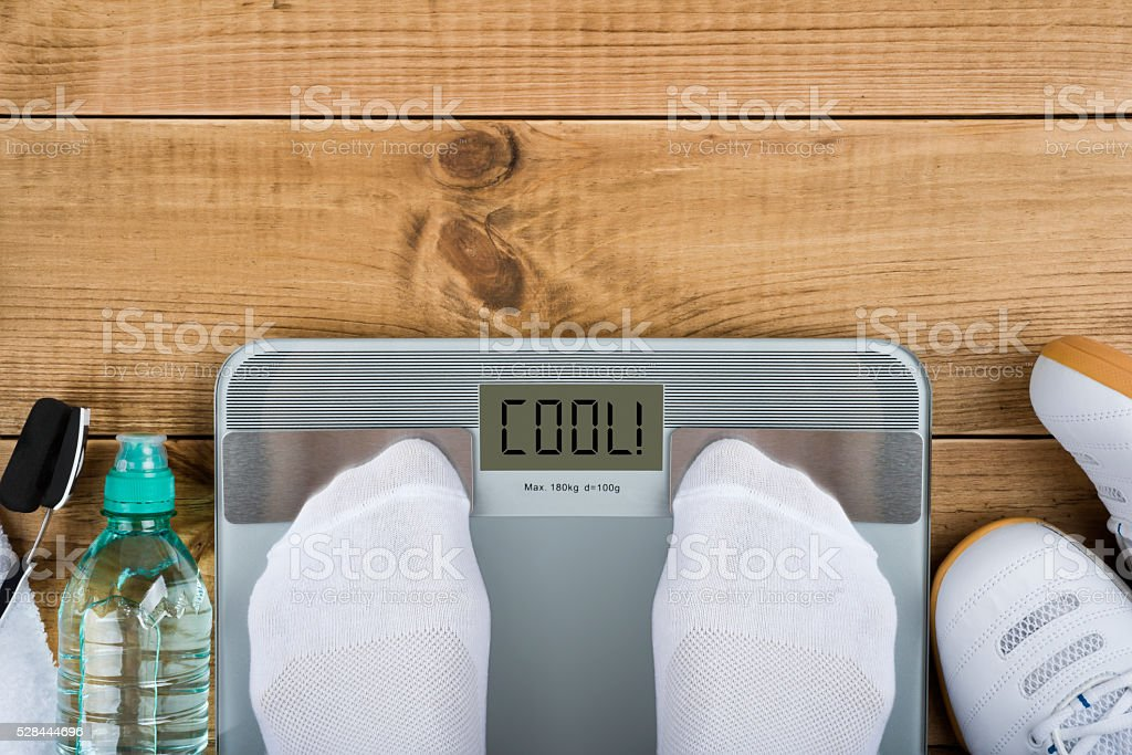 Concepto de pérdida de peso con Vista superior de ponderación en escalas - foto de stock