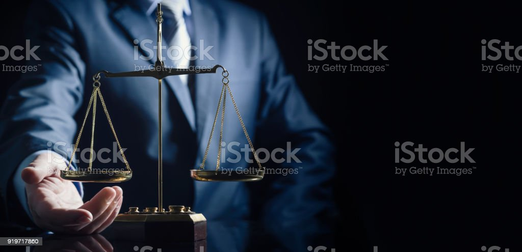 Weight scale of justice, lawyer in background – zdjęcie