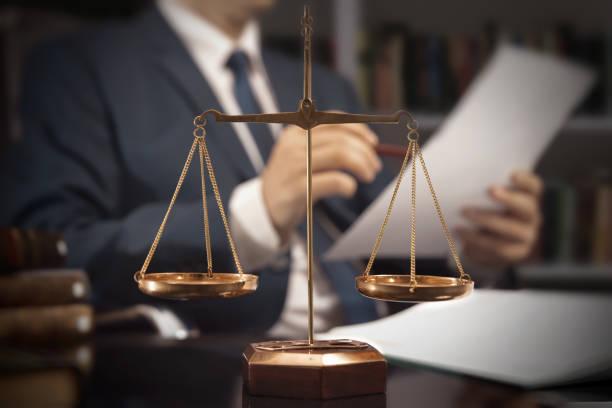 escala de peso de la justicia. abogado que trabajaba en la oficina - abogado fotografías e imágenes de stock