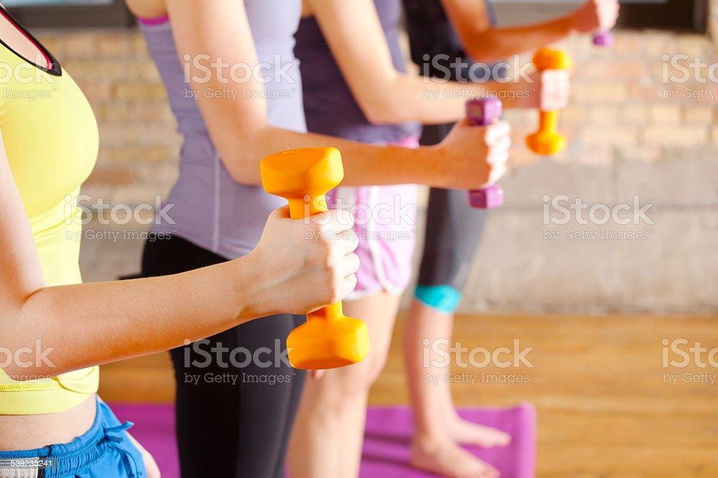 Musculação na academia de ginástica de classe foto royalty-free