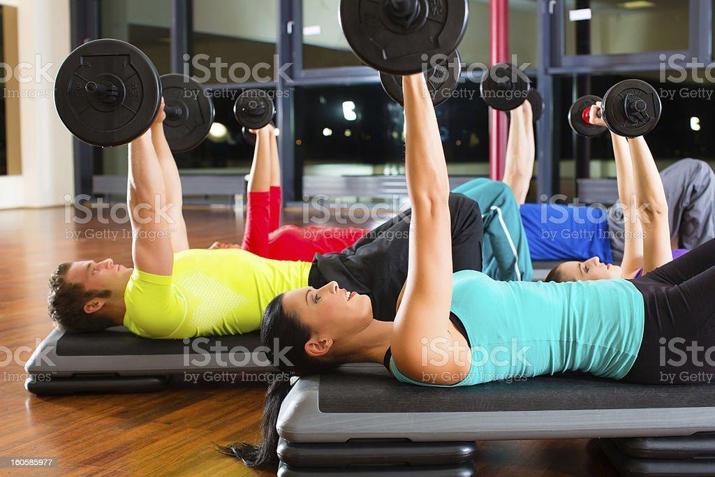 Entrenamiento con pesas en el gimnasio con pesas foto de stock libre de derechos