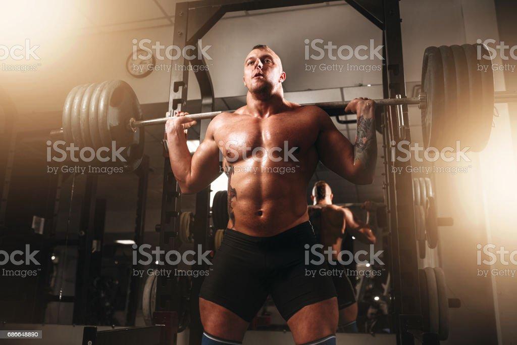 Ejercicio de levantador de pesas con barra en gimnasia del deporte foto de stock libre de derechos