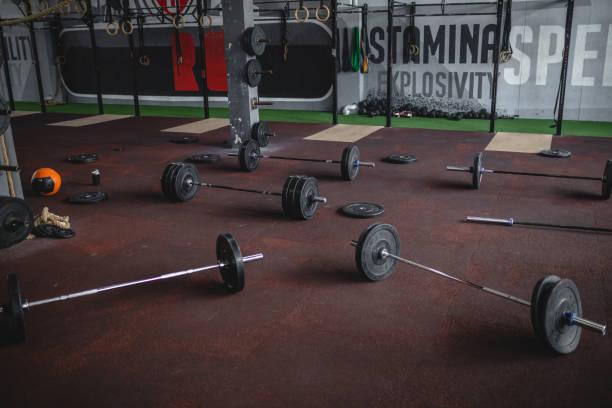 Gewichtheben in einer leerstehenden Turnhalle – Foto