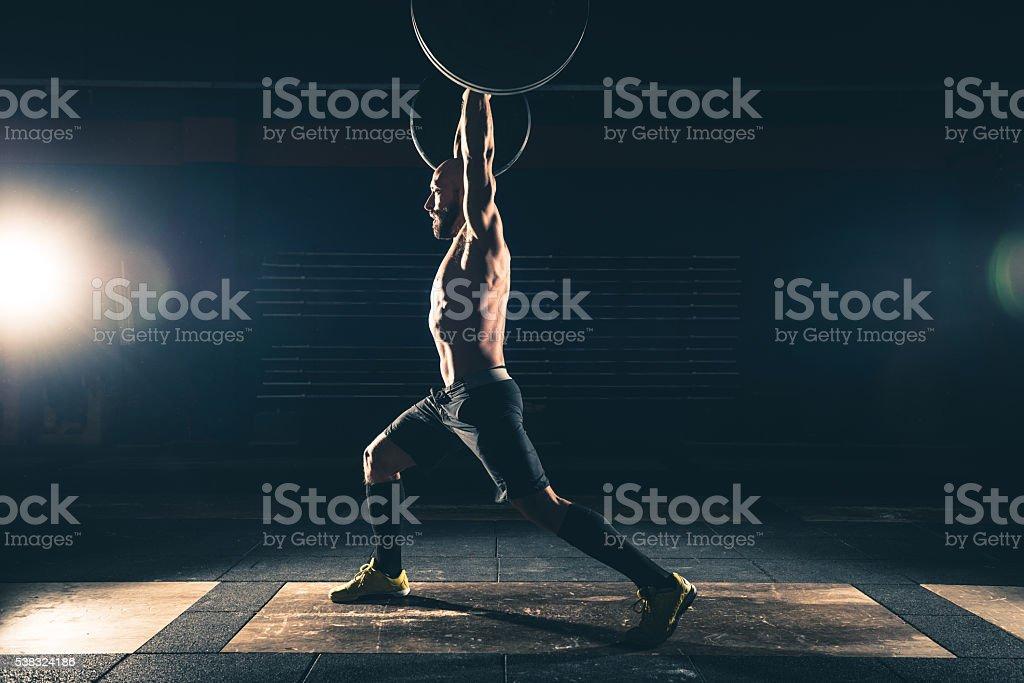 Hombre fuerte, levantamiento de pesas en el gimnasio - foto de stock