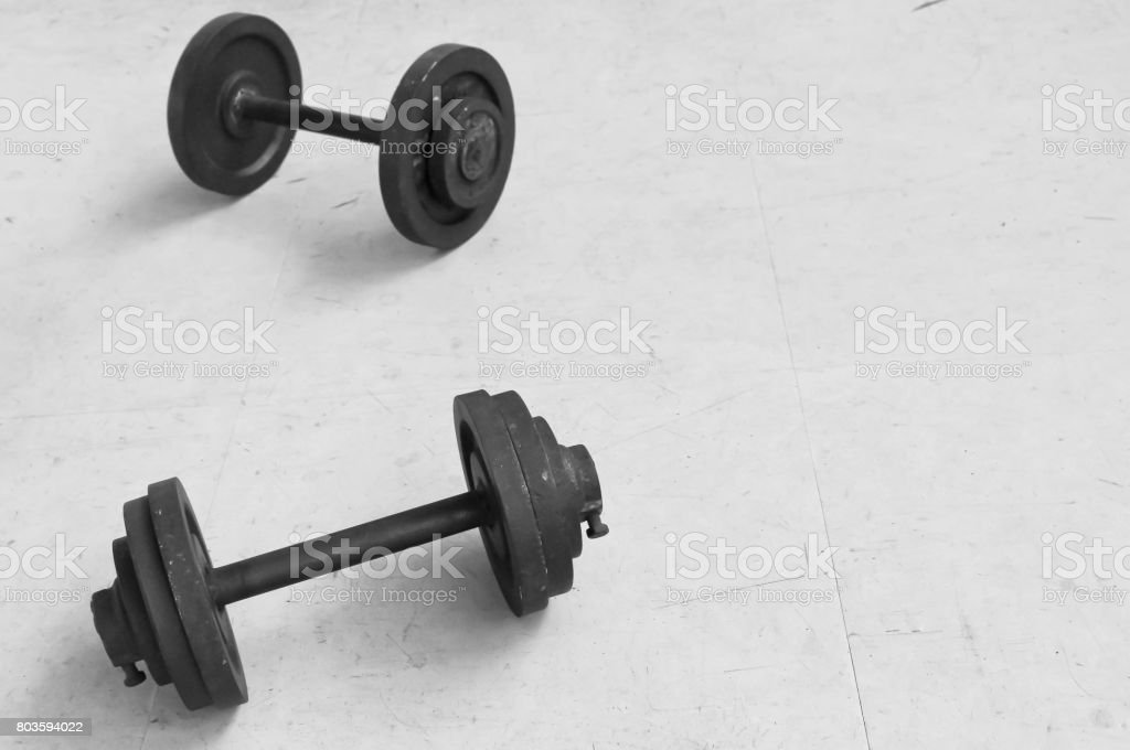 Gewichte am Boden schwarz / weiß Bild. – Foto