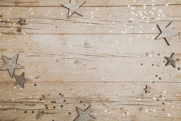 weihnachtlicher grauer holz hintergrund mit deko - gutschein weihnachten stock-fotos und bilder