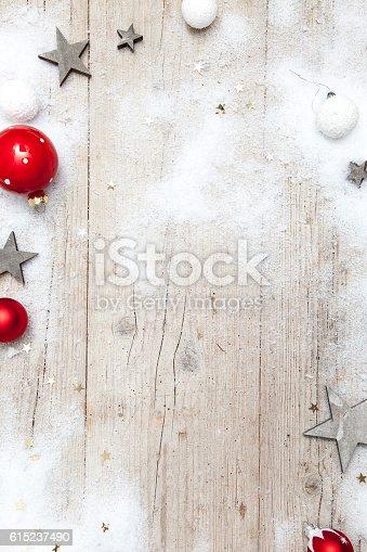 istock Weihnachtlicher grauer Holz Hintergrund mit Deko 615237490
