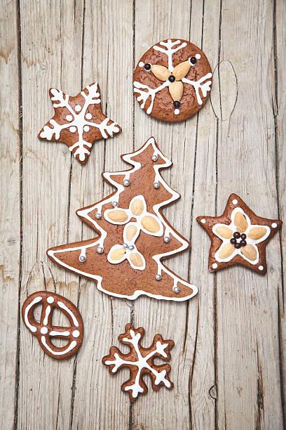 weihnachtlicher grauer holz hintergrund mit lebkuchen kekse - weihnachtsplätzchen rezepte stock-fotos und bilder