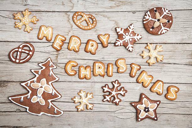 weihnachtlicher grauer holz hintergrund mit merry christmas - weihnachtsplätzchen rezepte stock-fotos und bilder