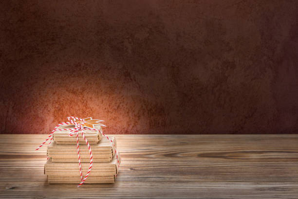 weihnachtsgeschenke schön eingepackt mit stern - engelsflügel kaufen stock-fotos und bilder