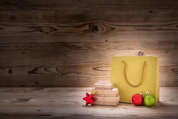 weihnachtsgeschenke und weihnachtsdekoration mit einer einkaufstasche - engelsflügel kaufen stock-fotos und bilder