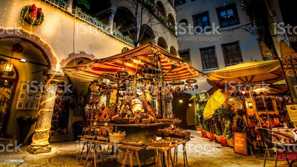 Weihnachtsmarkt In Salzburg Romantisch Bleuchteter Stand Im