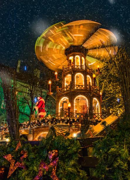 weihnachtsmarkt karussell mit nikolaus münchen bayern christkindlmarkt - weihnachtsfeier münchen stock-fotos und bilder