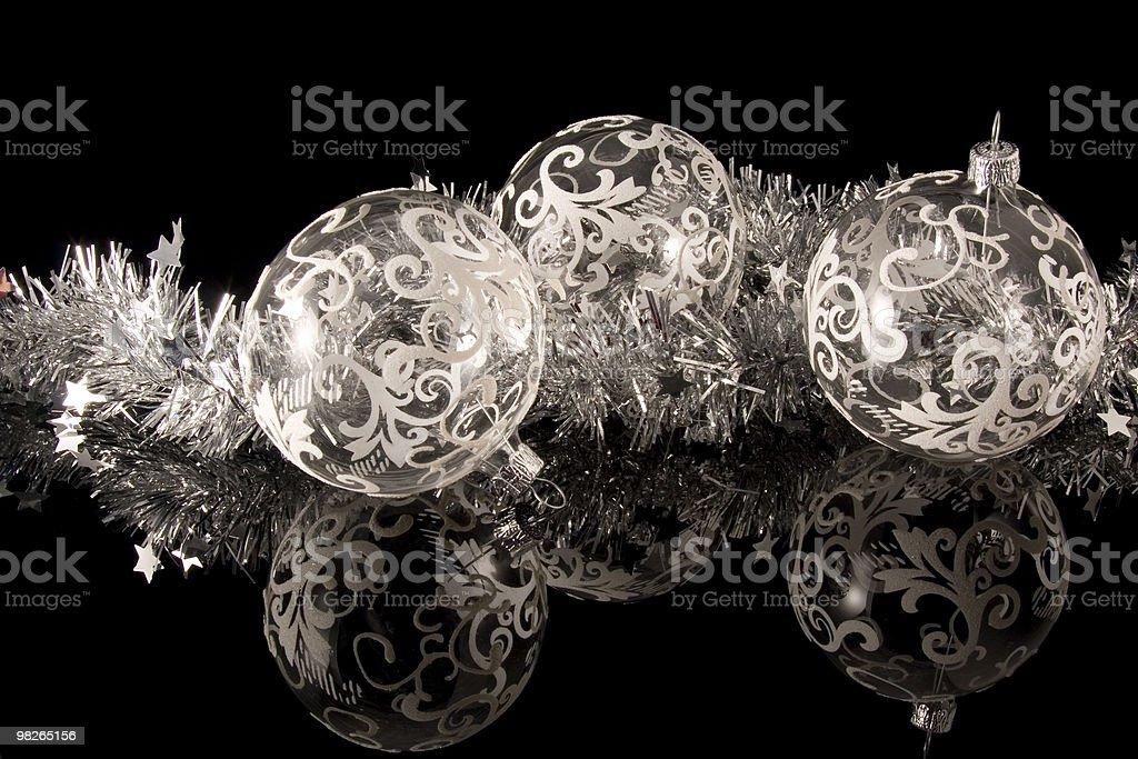 Weihnachtsschmuck, Weihnachtskugeln mit weissen Ornamenten royalty-free stock photo