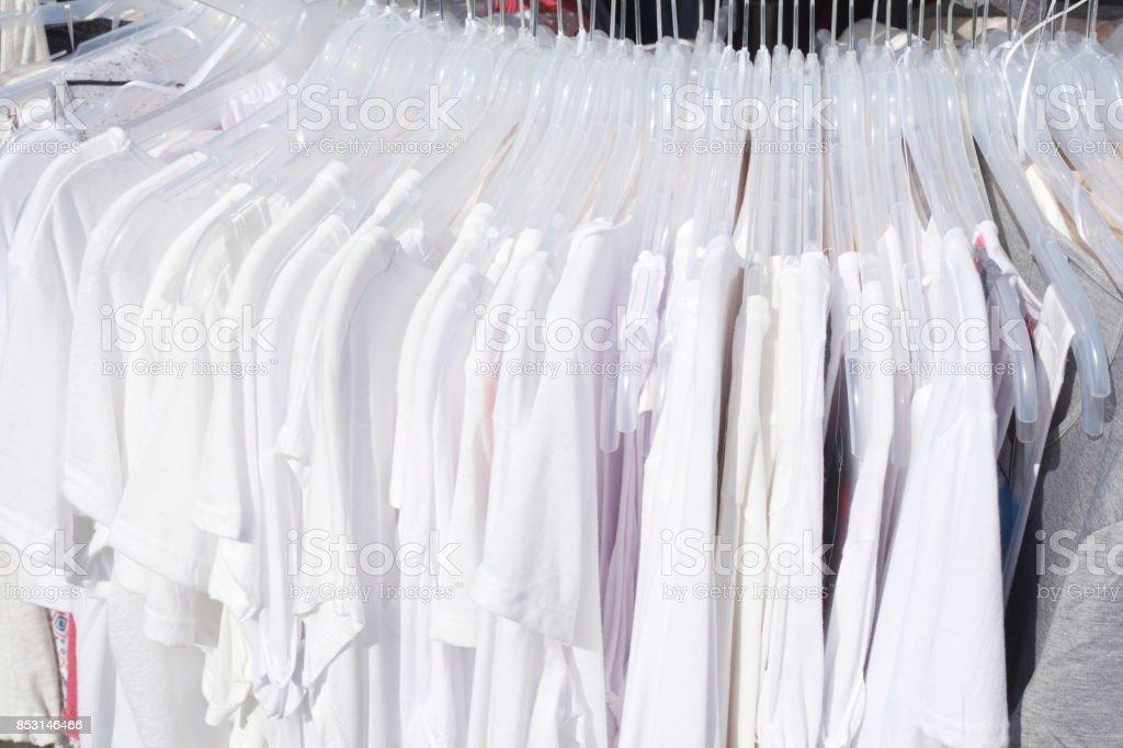 6ea76648379de Weisse Tshirts Auf Kleiderbügeln Stock Photo - Download Image Now ...