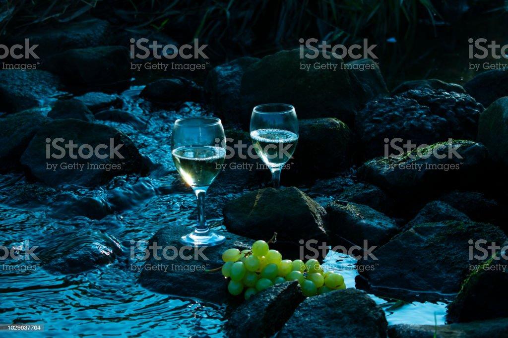 Weisswein Und Weintrauben Steinen Im Wasser Farben Im Kuhlen Blau