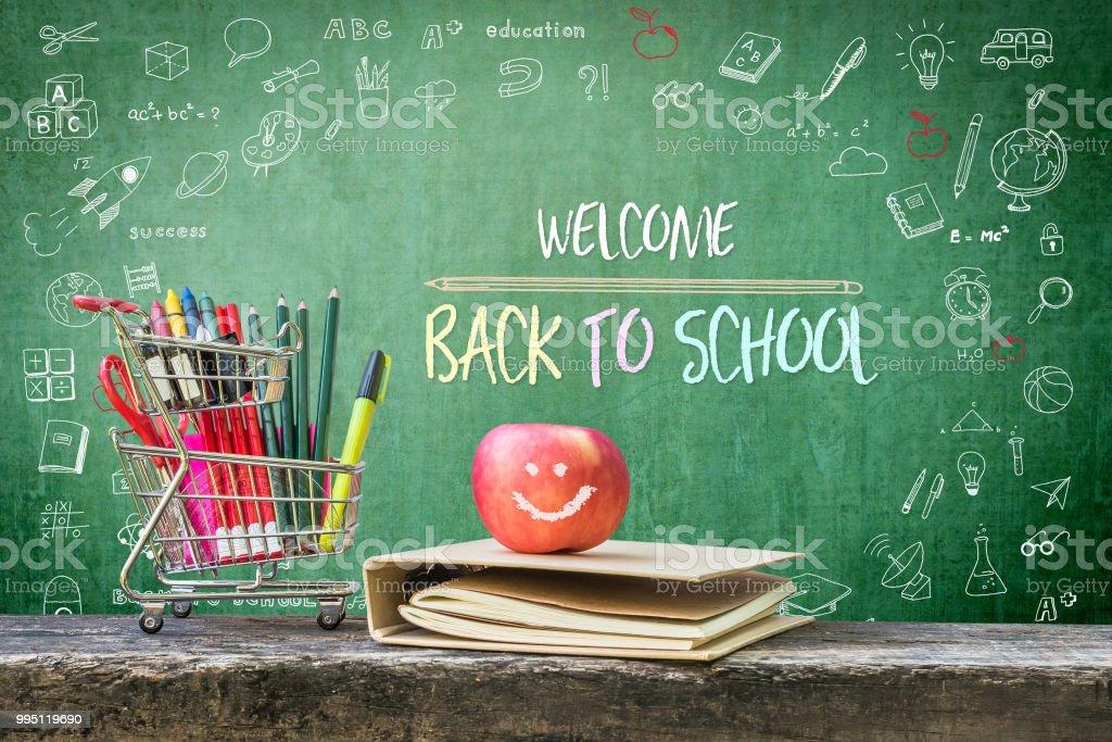 Bienvenido a la escuela, anuncio de saludo educativo para estudiantes y profesor en la pizarra verde infantil creativo doodle dibujo y estacionarios suministros, libro y manzana - foto de stock