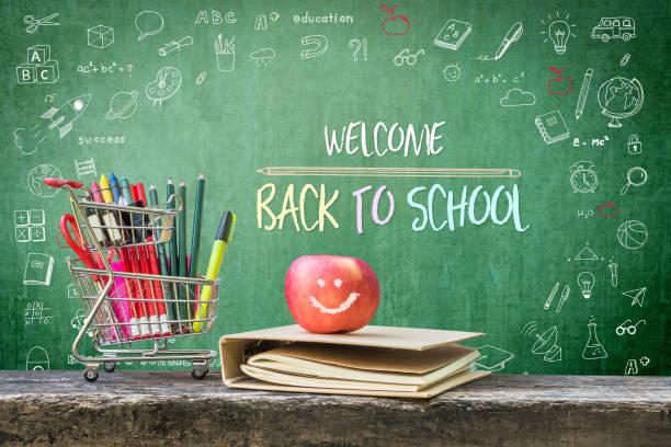bienvenido a la escuela, anuncio de saludo educativo para estudiantes y profesor en la pizarra verde infantil creativo doodle dibujo y estacionarios suministros, libro y manzana - regreso a clases fotografías e imágenes de stock