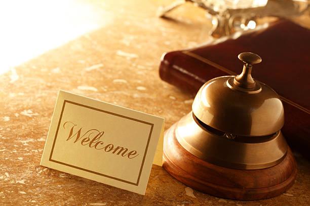 powitanie karta i usługi dzwon w marmurowe blat laboratoryjny w hotelu - motel zdjęcia i obrazy z banku zdjęć