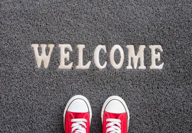 alfombra de bienvenida. - saludar fotografías e imágenes de stock