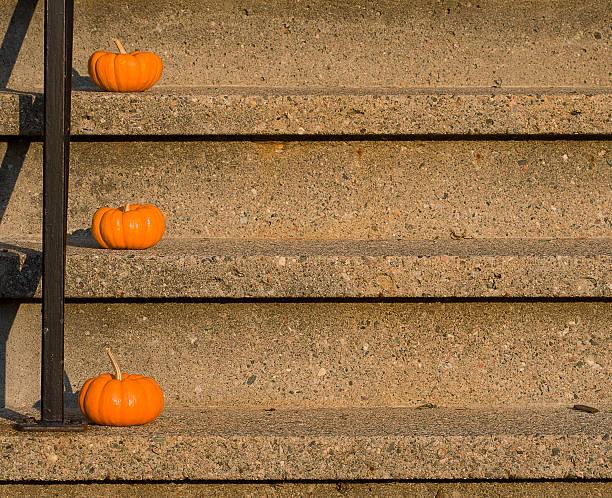 willkommen halloween - vorbau dekor stock-fotos und bilder