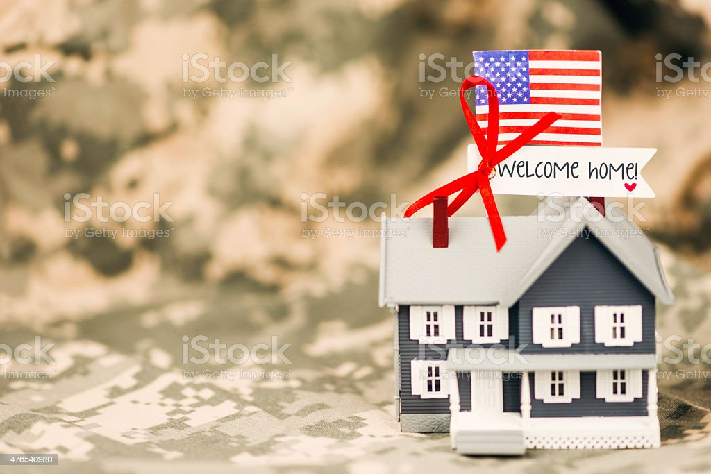 ¡Bienvenido a casa para los militares.   Asamblea en uniforme con mensaje. - foto de stock