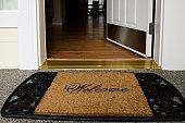 歓迎のエントランスドア、新しいホームウッドフロアーのすっきりとした心地よい