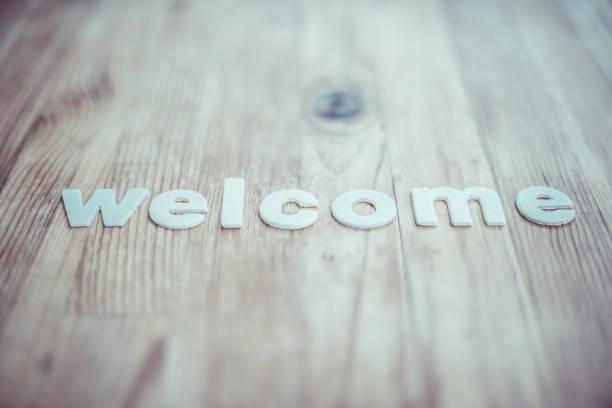 bienvenido - saludar fotografías e imágenes de stock